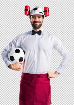 Garçom maluco segurando uma bola de futebol