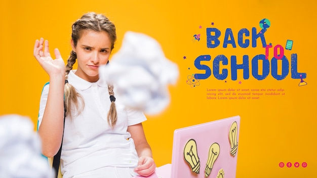 Garota de adolescente de vista frontal jogando bolas de papel