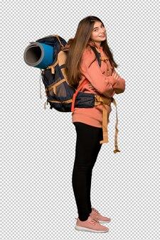 Garota de alpinista com braços cruzados e olhando para a frente