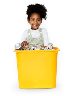 Garota de descendência africana segurando o recipiente de plástico