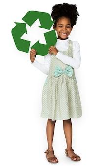 Garota de descendência africana segurando o sinal de reciclar