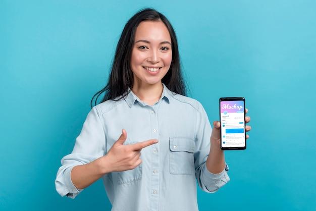Garota feliz segurando smartphone