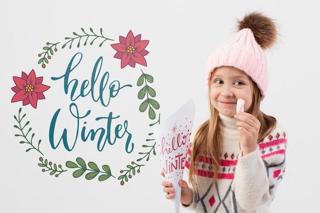 Garota feliz, vestindo roupas de inverno