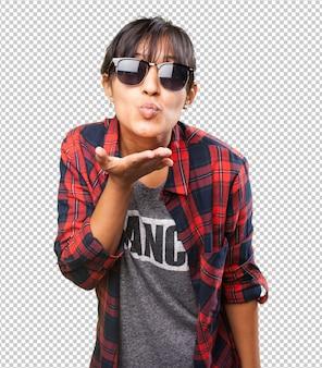 Garota latina mandando um beijo