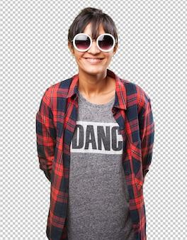 Garota latina usando óculos escuros