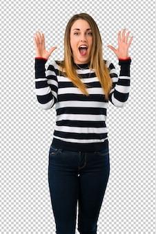 Garota loira youn com surpresa e expressão facial chocada
