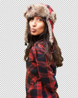 Garota muito latina usando um chapéu de inverno