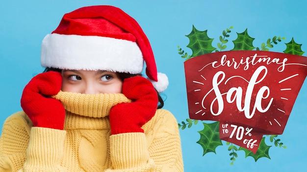 Garota vestida com maquete de roupas de inverno