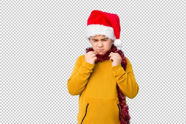 Garotinho, comemorando o dia de natal, vestindo um chapéu de papai noel isolado mostrando que ela não tem dinheiro.
