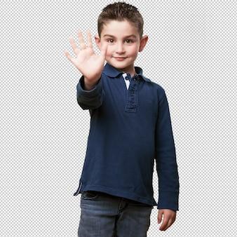 Garotinho mostrando 5 dedos