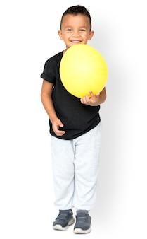 Garotinho segurando o retrato de estúdio de festa de balão