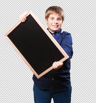Garotinho segurando um quadro-negro