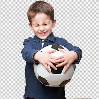 Garotinho segurando uma bola de futebol