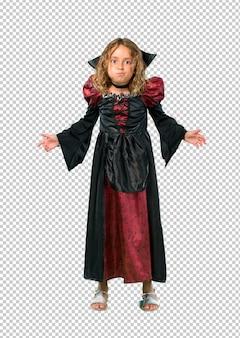 Garoto vestido como um vampiro em feriados de halloween faz emoção cara engraçada e louca