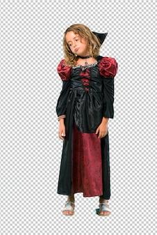 Garoto vestido como um vampiro em feriados de halloween infeliz e frustrado com algo