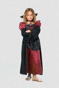 Garoto vestido como um vampiro em feriados de halloween, mantendo os braços cruzados