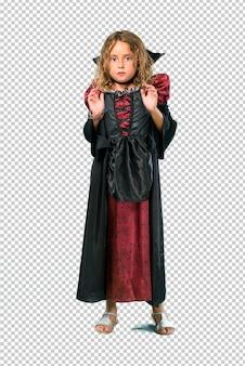 Garoto vestido como um vampiro em feriados do dia das bruxas é um pouco nervoso e com medo