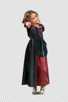 Garoto vestido como um vampiro no dia das bruxas feriados aponta o dedo para você