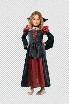 Garoto vestido como um vampiro no dia das bruxas férias posando com os braços no quadril