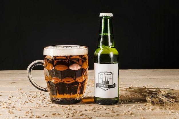 Garrafa de cerveja de close-up na mesa de madeira