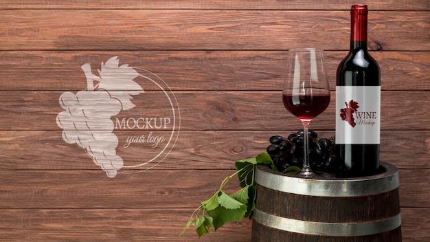 Garrafa de vinho de vista frontal e copo com cópia-espaço