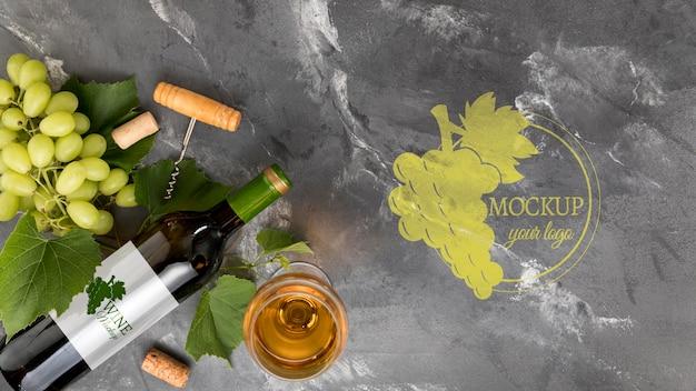 Garrafa de vinho de vista frontal e uvas com espaço de cópia