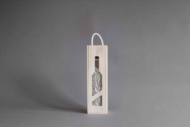 Garrafa de vinho em maquete de caixa de madeira