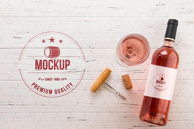 Garrafa e copo de vinho rosa de vista frontal