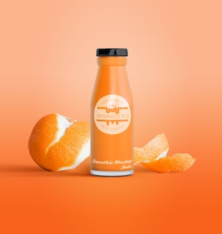 Garrafa isolada de suco de frutas e laranjas