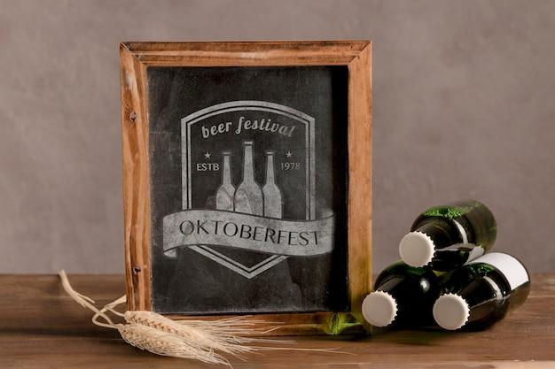 Garrafas de cerveja ao lado do quadro de oktoberfest