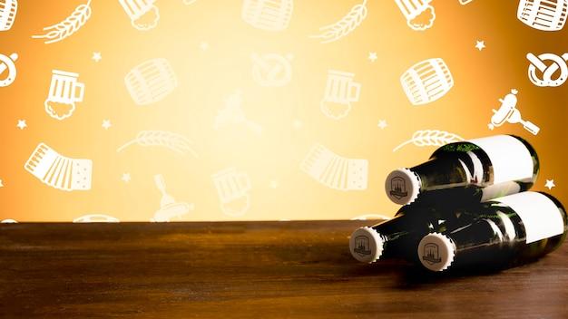 Garrafas de cerveja em um mock-up de mesa de madeira