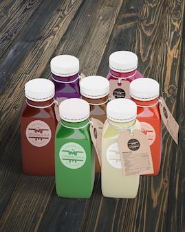 Garrafas de plástico com diferentes sucos de frutas ou vegetais com etiquetas