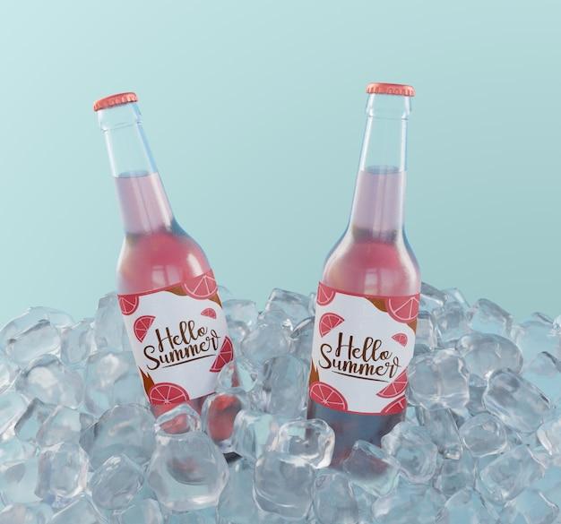 Garrafas de refrigerante de frutas com cubos de gelo