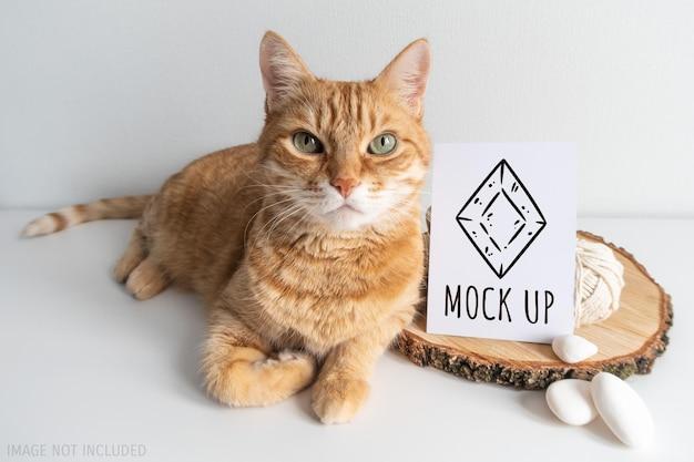 Gato ruivo com design rústico e cartão postal de maquete
