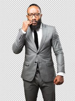 Gesto de silêncio de homem negro de negócios