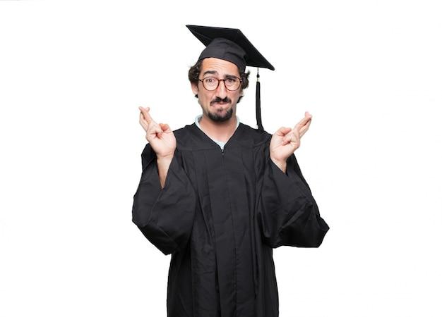 Graduado barbudo fazendo uma promessa sincera e honrosa ou juramento