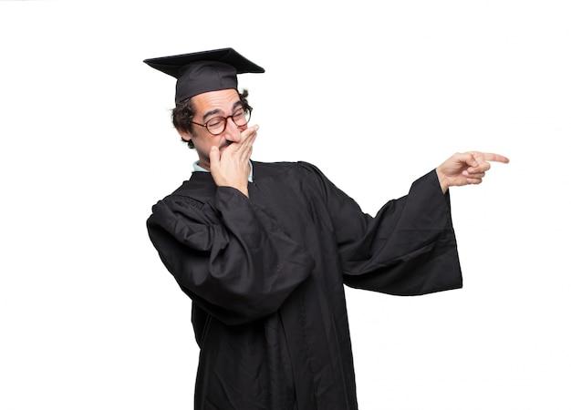 Graduado barbudo homem com uma expressão orgulhosa, feliz e confiante