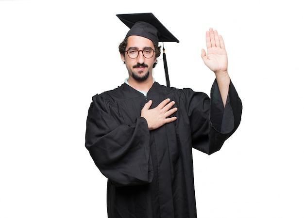 Graduado barbudo homem sorrindo com confiança ao fazer uma promessa sincera ou juramento