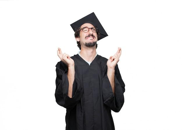 Graduado barbudo sorrindo miseravelmente enquanto jurando uma promessa