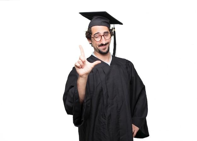 Graduado homem barbudo gesticulando