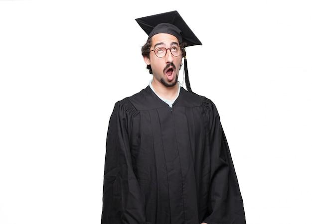 Graduado homem barbudo olhando sem entusiasmo e entediado, ouvindo algo chato e tedioso, bocejo