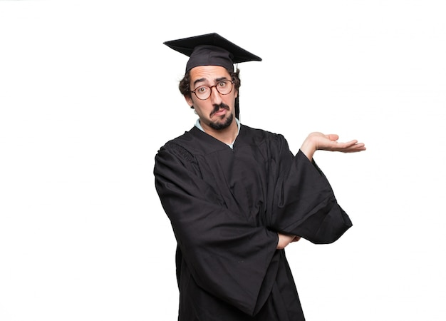Graduado homem barbudo prestando atenção, tentando ouvir e ouvir o que está sendo dito