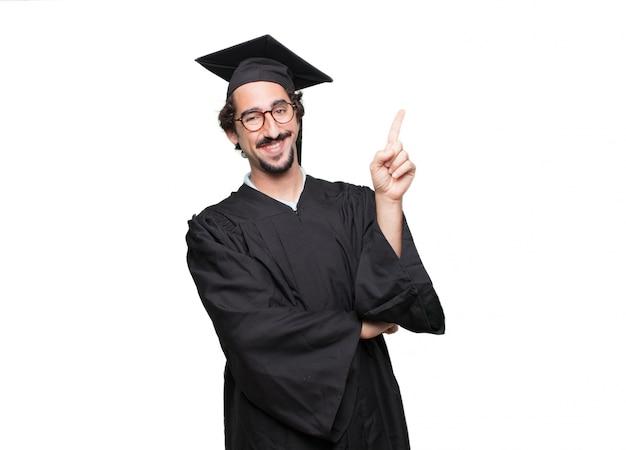 Graduado homem barbudo sorrindo e olhando satisfeito e feliz