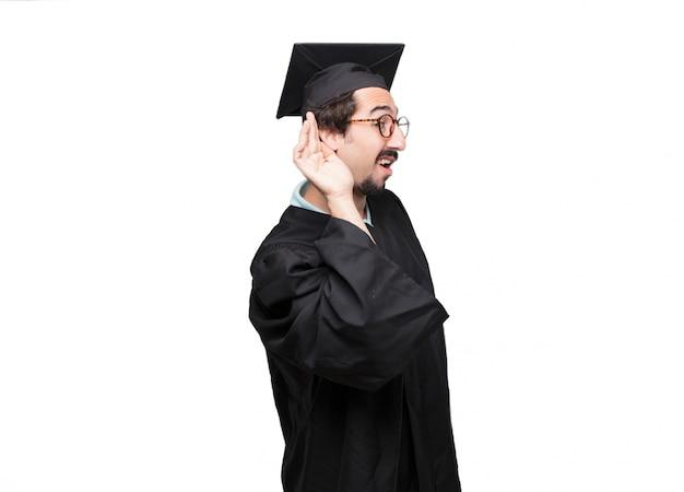 Graduado homem barbudo vista traseira, ambas as mãos nos quadris com a pose akimbo