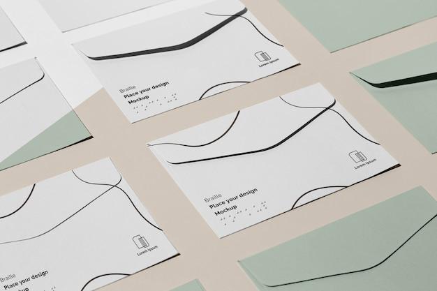 Grande ângulo de vários cartões de visita com braille em relevo