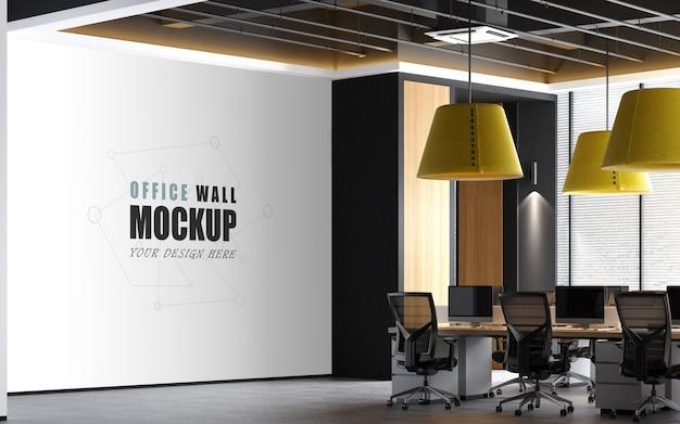Grande espaço de trabalho com maquete de parede com realces amarelos