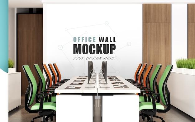 Grande espaço de trabalho com maquete de parede de cadeiras coloridas