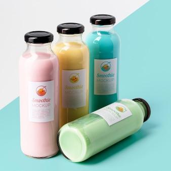 Grande variedade de garrafas de suco transparente com tampas