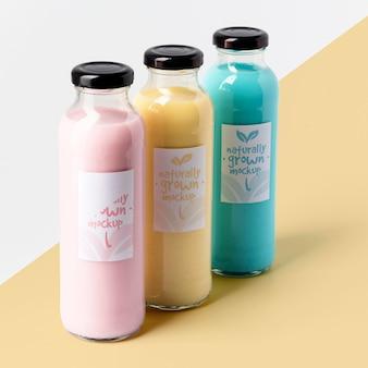 Grande variedade de garrafas de suco transparente