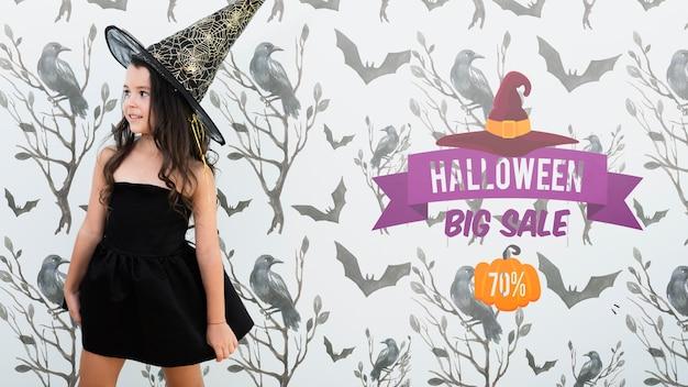 Grande venda de halloween e linda garota vestida de bruxa